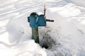 Актобе. Пьяный мужчина вырвал с корнем водозаборную колонку kolonka_clubs.ya.ru