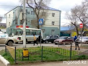 В Уральске маршрутный автобус сбил женщину на пешеходке avaria_mg