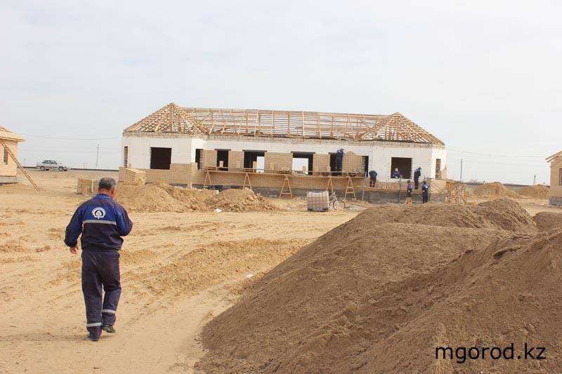 """«Мой ГОРОД» побывал на стройке века """"Шалкар-Бейнеу"""" В Шалкаре также строят дома для железнодорожников, которые будут работать на новой ветке."""
