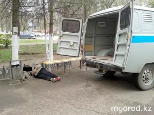 Новости Уральск - Уральск. На проспекте Достык умер бомж trup bomzh