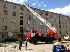 Новости Атырау - В Атырау загорелась крыша  бесхозного общежития Фото портала mgorod.kz