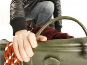 В Атырау гражданин Польши обокрал женщину bag_www.izvestiaur.ru