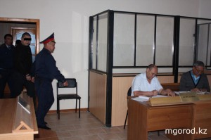 В Актобе судят наркоманов, «катавших» полицейского на капоте На процесс заводят подсудимого Алмаса Хасенова.