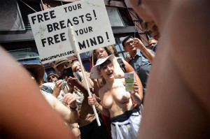 Новости - Жительницам Нью-Йорка официально разрешили ходить топлесс topless_www.ridus.ru