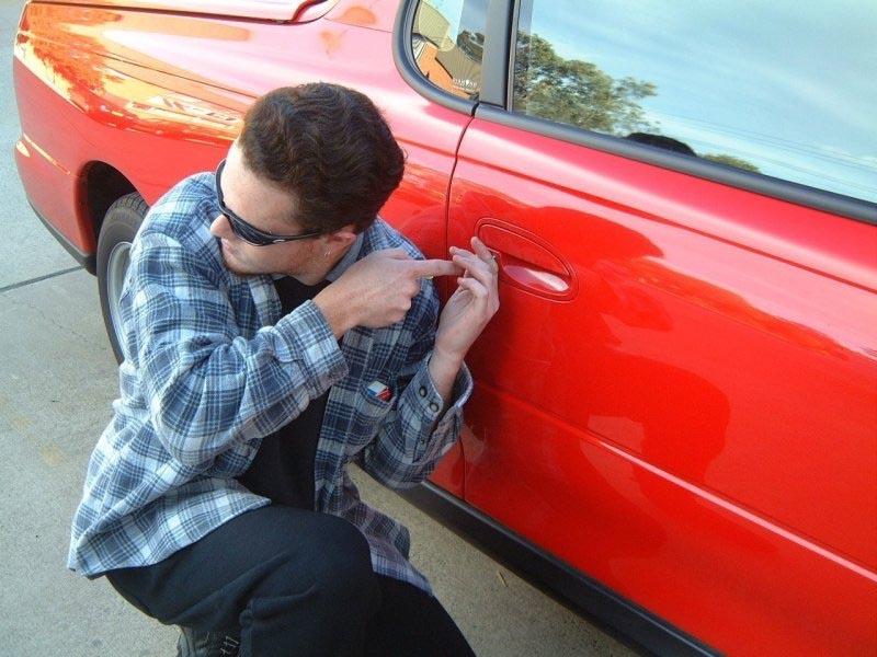 На ночьникогда не оставляйте автомашину с открытыми дверями и ключо…