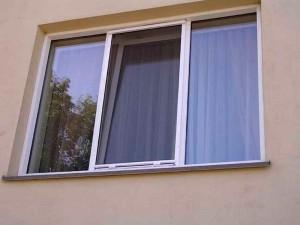В Уральске двухлетний ребенок выпал из окна  window_www.pozhidaev.ru