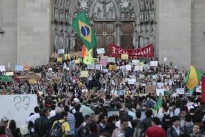Новости - В Сан-Паулу снизили вызвавшие массовые протесты тарифы на проезд Акция протеста в Сан-Паулу Фото: Miguel Schincariol / AFP