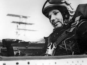 Космонавт Леонов раскрыл тайну гибели Гагарина Герой Советского Союза, летчик-космонавт Юрий Гагарин в кабине самолета МИГ-21