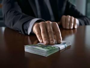 Атырау. Помощнику прокурора пытались дать взятку Фото с сайта barcode.md