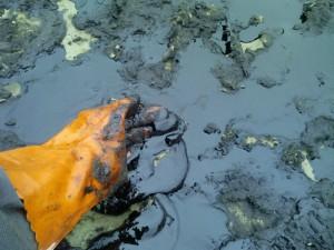 Атырау. Из нефтяной скважины разлилась нефть на площади 600 кв м. Фото с сайта bellona.ru