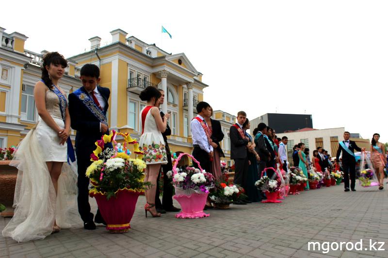 В Уральске состоялся бал выпускников mgorod.kz 15