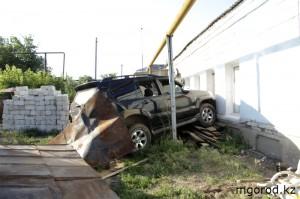 Водитель автомобиля, врезавшегося в стену дома, был пьян mgorod.kz 3