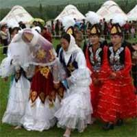 Турфирма предложила иностранцам свадебный VIP тур в Казахстан с уроками байбише и бата Фото zakon.kz