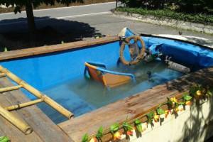 Новости - Немецкая полиция поймала компанию в самодельной машине-бассейне Фото: thelocal.de