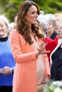 Новости - Британская королева просит Кейт Миддлтон поторопиться с родами Фото svpressa.ru