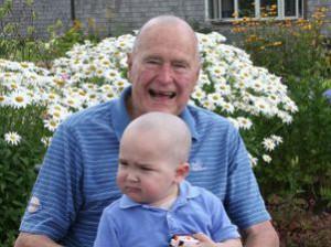 Чтобы поддержать больного раком ребенка Буш-старший обрил голову Фото aze.az