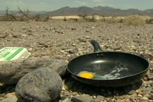 Новости - Туристов попросили воздержаться от жарки яиц в Долине смерти Яичница в Долине смерти Кадр: телеканал BBC