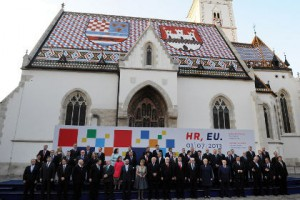 Хорватия вступила в Евросоюз Делегация Еврокомиссии в Загребе перед началом празднования вступления Хорватии в ЕС. Фото: AFP