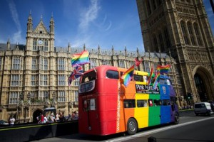 Парламент Великобритании разрешил однополые браки ЛГБТ-акция у Вестминстерского дворца Фото: Andrew Cowie / AFP