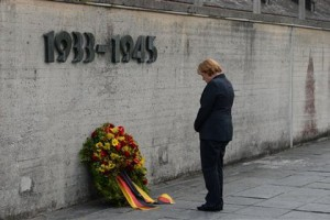 Меркель посетила концлагерь в Дахау Ангела Меркель в Дахау Фото: Kerstin Joensson / AP