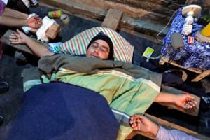 Уволенные парагвайцы в знак протеста распяли себя Фото: Jorge Saenz / AP