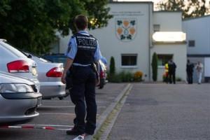 Новости - В Германии в ресторане застрелили трех человек Полицейский на месте происшествия Фото: Uwe Anspach / DPA / AP