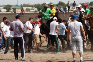 Киргизские фанаты избили судью на матче по козлодранию Фото: kloop.kg