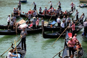 Новости - Венецианских гондольеров будут тестировать на наркотики Венецианские гондольеры Фото: Manuel Silvestri / Reuters