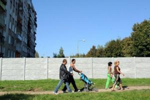 Словакия снесет стену вокруг цыганского квартала по требованию ЕС Фото: Samuel Kubani / AFP