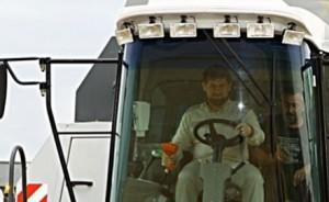 ГИБДД разрешила Кадырову управлять комбайном Фото auto.mail.ru