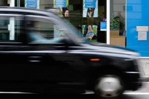 Новости - Спасатели приехали на место происшествия на такси Фото: Luke MacGregor / Reuters