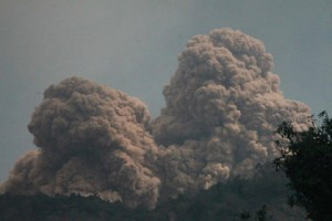 Из-за извержения вулкана с индонезийского острова эвакуировали 2500 человек Извержения вулкана Рокатенда Фото: AP