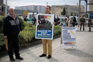 Новости - В Берлине беженцы уехали из нового приюта из-за протестов населения Фото: Markus Schreiber / AP