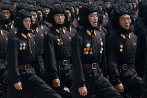 Новости - Северная Корея обзавелась армией хакеров и троллей Бойцы армии Северной Кореи Фото: Ed Jones / AFP
