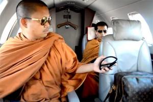 В Таиланде конфисковали имущество погрязшего в роскоши монаха Вирафон Сукфон (слева) Фото: chiangraitimes.com