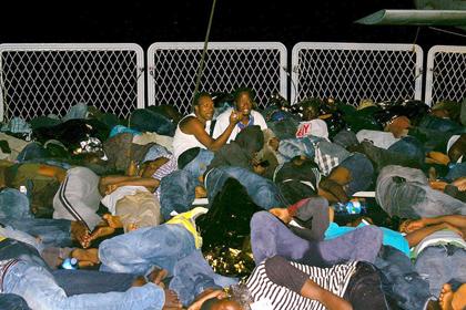 Новости - В Италию за день приплыли более 700 беженцев Прибывшие в Италию беженцы Фото: AFP