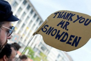 От США потребовали объяснить слежку за президентами Бразилии и Мексики Демонстрация сторонников Эдварда Сноудена в Германии Фото: Roland Holschneider / DPA / AFP