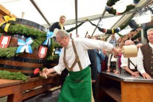 Новости - В Баварии открылся «Октоберфест» Мэр Мюнхена Кристиан Уде открывает первую бочку на Октоберфесте Фото: Peter Kneffel / AFP