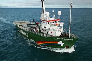 Российские пограничники открыли предупредительный огонь по судну Greenpeace Судно «Арктик Санрайз» Фото: neftegaz.ru