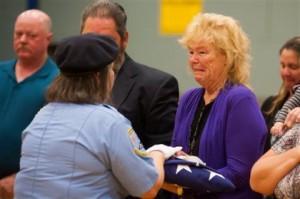Американка дождалась письма от погибшего на Второй мировой войне отца Пегги Эддингтон-Смит вручают письмо и медали ее отца Фото: Kevin Clifford / AP