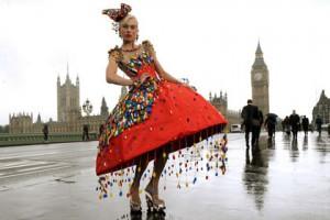 Француженка «сшила» платье из конструктора Фото lenta.ru