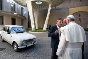Новости - Папе Римскому подарили 20-летний «Рено» Папе Римскому дарят Renault 4 Фото: AFP