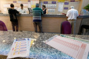 Испанец забыл выигрышный лотерейный билет на кассе Фото: John Kolesidis / Reuters