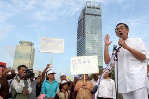 Новости - Камбоджийский принц объявил голодовку из-за фальсификаций на выборах Камбоджийский принц Сисоват Томико (справа) Фото: Tang Chhin Sothy / AFP