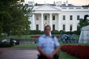 Резиденцию президента США закидали хлопушками Сотрудник Секретной службы возле Белого дома Фото: Nicholas Kamm / AFP