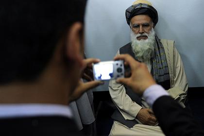 Помощник бин Ладена подался в президенты Афганистана Абдул Расул Сайяф во время регистрации кандидатов Фото: Massoud Hossaini / AFP