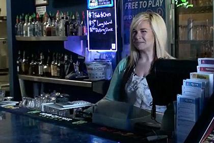 Новости - Оставленный на чай лотерейный билет принес барменше 17,5 тысячи долларов Аврора Кефарт Кадр: телеканал ABC