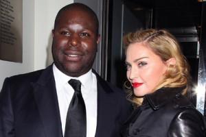 Мадонне запретили посещать сеть кинотеатров из-за переписки во время сеанса Мадонна и режиссер фильма «12 лет рабства» Стив Маккуин на кинофестивале в Нью-Йорке Фото: Dave Allocca / StarPix / AP