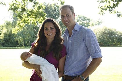 Принц Уильям не позвал дальних родственников на крестины сына Принц Джордж с родителями Фото: Michael Middleton / AP
