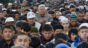 Новости - Курбан-айт отмечают в Казахстане Молитва у центральной мечети в Алматы на Курбан айт. Фото ©REUTERS